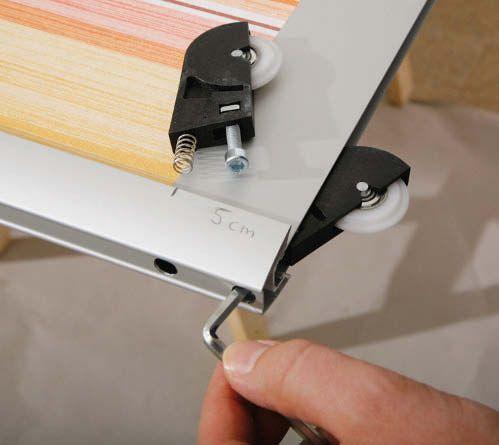Deckenhoch, zimmerbreit und fix eingebaut.Kaum etwas eignet sich einfacher als maßgefertigte Schiebetürsysteme, um einen neuen Raum zu schaffen, eine Nische abzutrennen oder einen offenen Wandschrank zu verbergen. Es gibt zahlreiche Anbieter, die Schiebetürsysteme passgenau anfertigen und per Spedition zum Kunden liefern. Der Einbau erfolgt in Eigenregie. Die Füllung kann nach Wahl selbst gestaltet und eingebaut werden.