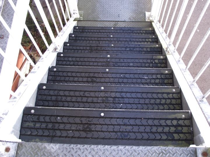 re-use tires for no slip stairs (neat~!!! I would use for basement stairs!)