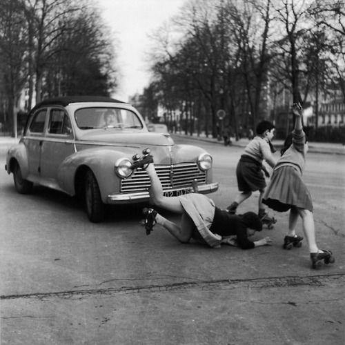 Robert Doisneau - Les patins à roulettes à la Muette, Paris, 1955