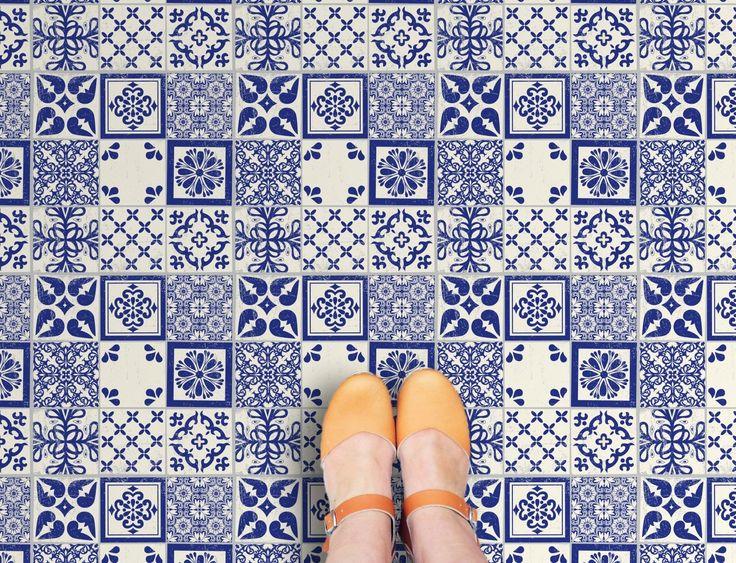 Deze vinyltegel Azulejos heeft een blauw patroon op een witte achtergrond. Door de positionering van de diverse dessins en het wat ruige uiterlijk van het dessin, wordt een Portugese tegel nagebootst. Ontworpen en vervaardigd door Zazous, exclusief verkrijgbaar in Nederland en Belgi