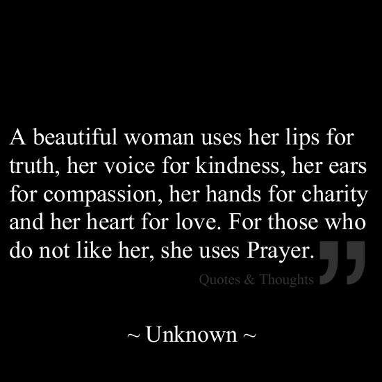 Una bella mujer habla con verdad y delicadeza, su corazón y manos para caridad y amor. Y aquellos que no la aman, suele orar por ellos.