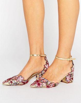 Zapatos de tacón con diseño en punta y bordados STRUT de ASOS