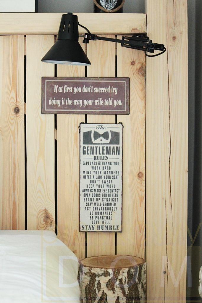 Drewniany Zaglowek Drewniane Lozko Styl Skandynawski Scandi Szara Sypialnia Metalowe Tabliczki Tabliczki Z Sentencjami Manners Gentleman Rules Romantic