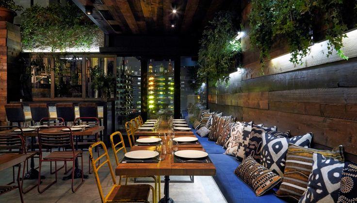 Το Malconi's είναι πάντα ένα ζωντανό, παλλόμενο κολωνακιώτικο hot-spot, ενώ η κουζίνα του σεφ Γιάννη Κοσμαδάκη είναι πλέον σταθεροποιημένη, νόστιμη και με σαφή προσανατολισμό.