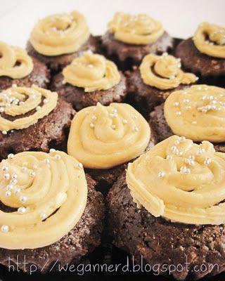 Wegan Nerd - Kuchnia roślinna : Czekoladowe muffiny z kremem chałwowym ! LOVE