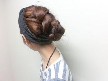 トップは三つ編み、毛先はヘアバンドの中に入れ込んだアレンジ。ロングだからこそできる、品のあるアレンジが素敵ですね。