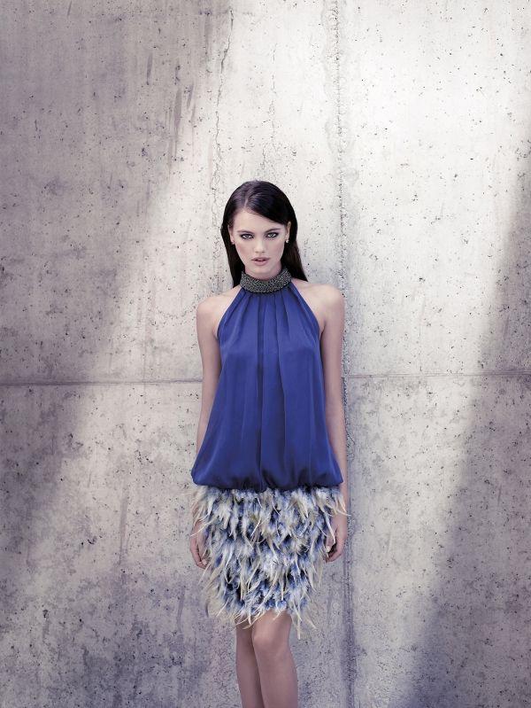 Foto 22 de 23 Original diseño con cuerpo azul y escote tipo halter y falda de p…