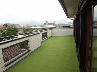 広くて眺望もよいテラスに人工芝を敷きました