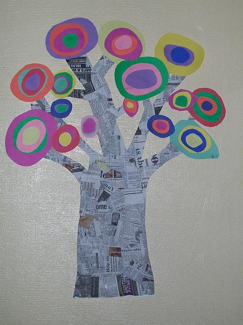 Kandinsky tree, gemaakt van kranten. Laten drogen en de kindertjes zelf bladeren a la Kadinski laten schilderen