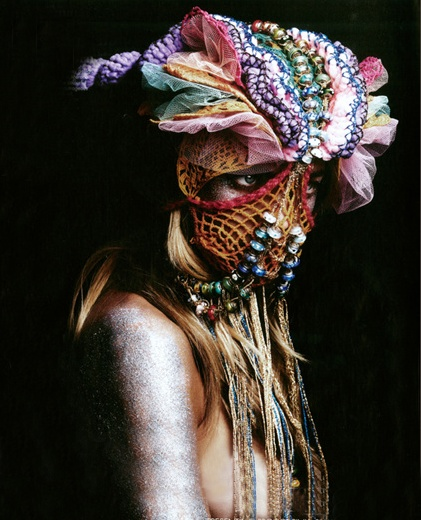 Via Christine Clausen.  Although the locks of hair are hard to see, the headdress is definitely curvilinear including fast curves & long, drapey lines.