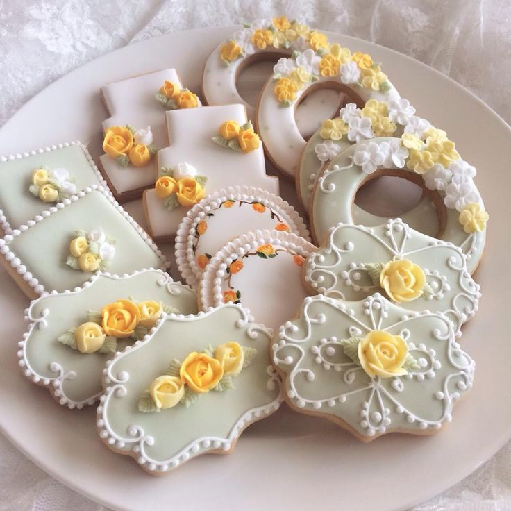 Mother's Day, delicate piping, roses in yellows & oranges, beautifully executed by LittleSugar, posted on Cookie Connection
