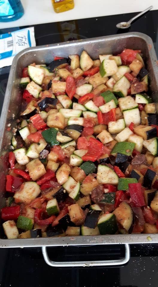 Stoofschotel met van alles .  Ook lekker stoofschotel met boerschappen ui, courgette en aubergine. Aangevuld met tomaatjes, knoflook, puntpaprika en ansjovis. Kruiden. Dan uurtje of twee afgedekt in de oven op 150 graden. Als het klaar is feta over verkruimelen. Lekker brood en tzaziki. Of krieltjes mee laten stoven. Evt laatste half uur erge nat afgieten. Erg lekker