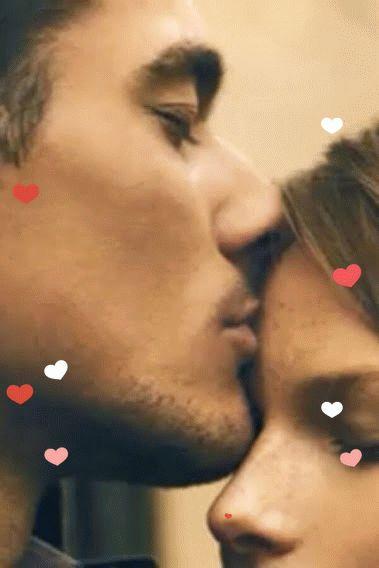 bacio tenero sulla fronte con cuoricini