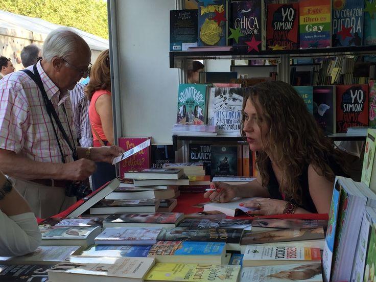 Ditar de Luna firmando su novela en la Feria del Libro de Madrid 2016.
