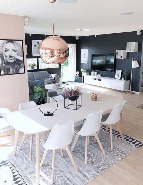 Ein in zwei Farben gestrichenes Wohnzimmer: Palisander und Schwarz