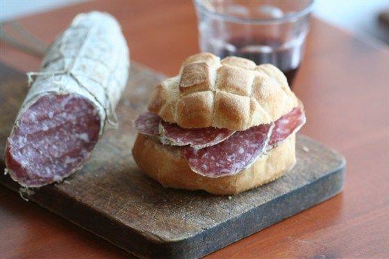 Сэндвич с салями к красному вину