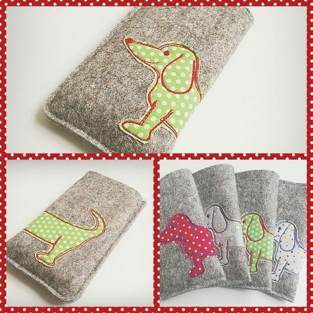 """Diese Handyhülle wird aus festem Wollfilz gezaubert und ist somit besonders strapazierfähig.  Dein Handy ist sicher vor Stößen und Kratzern und wird gut bewacht von einem süßen """"Kampf-Dackel""""!..."""