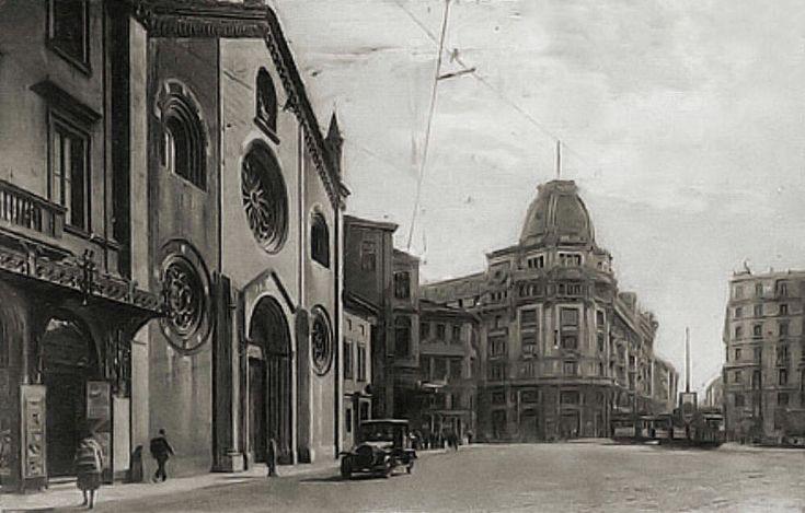 Piazza Missori negli anni '20 del XX secolo. A sinistra la facciata di San Giovanni in Conca. Scoprite questa storia durante le nostre visite guidate alla Milano sotterranea http://milanoarte.net/it/visite-guidate-a-milano/milano-sotterranea