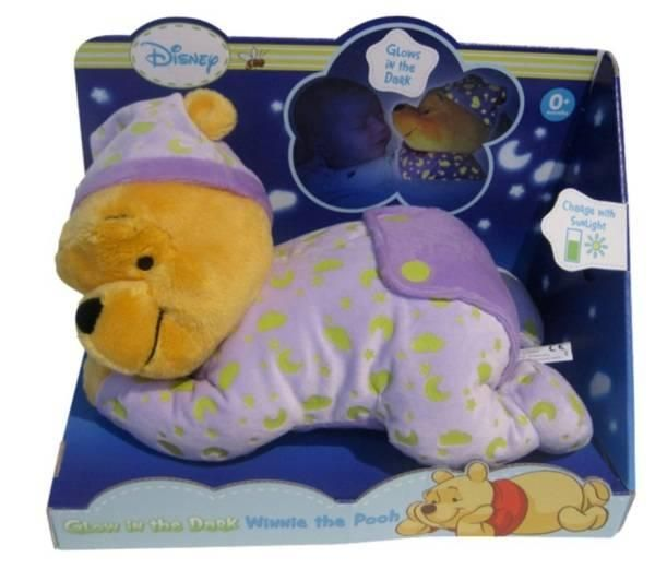 La peluche Winnie l'ourson, le célèbre petit ourson des enfants, deviendra le meilleur ami de votre enfant et l'accompagnera partout. Elle l'aidera à s'endormir. En plus, lorsque la peluche Winnie est couchée, il brille dans le noir. Disney- Peluche Winnie