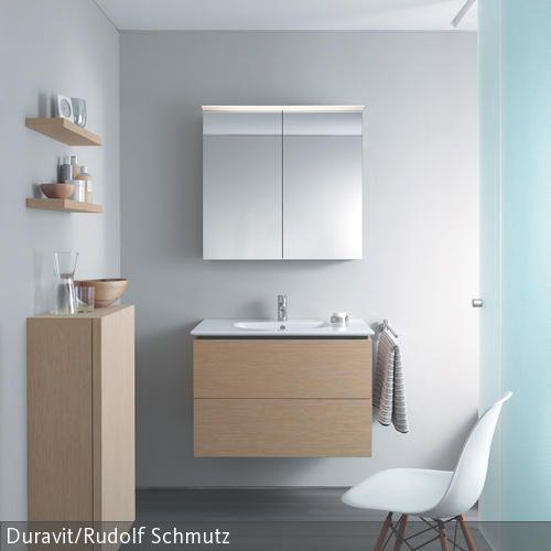 Diese stilvolle Badezimmereinrichtung in dezenten Tönen schafft eine strukturierte, helle Raumumgebung. Weiß, Grau und Naturtöne lassen den Raum aufgeräumt  …