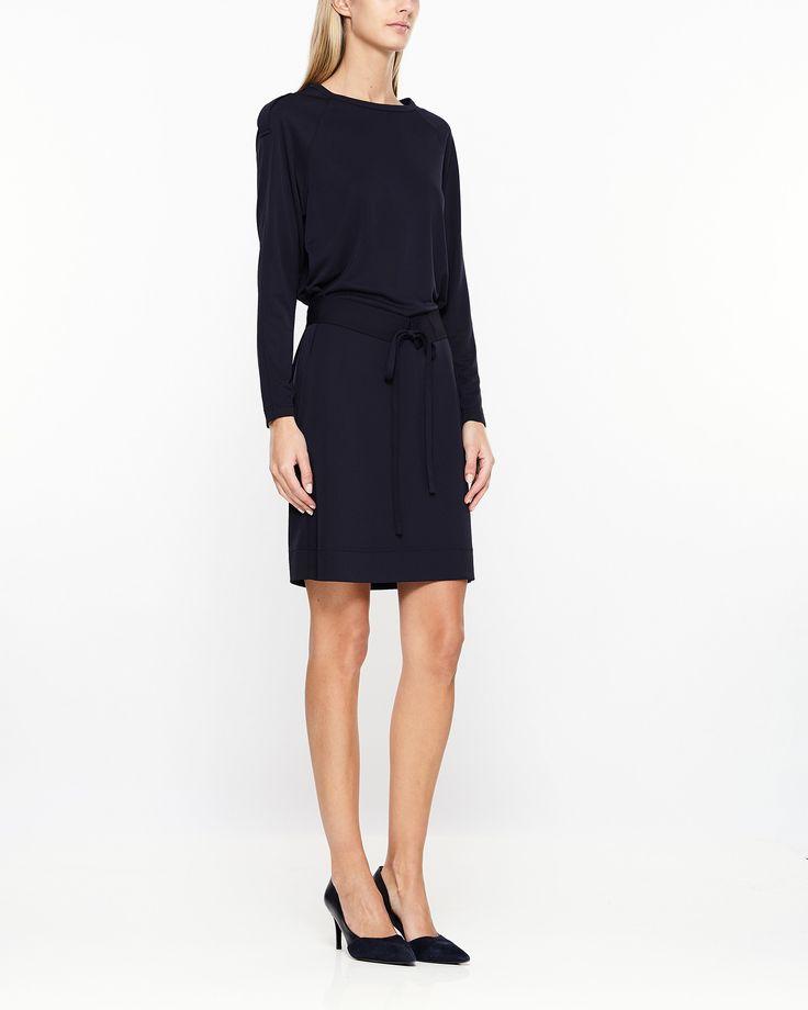 Stilren klänning från Filippa K med lång ärm och rak passform. Klänningen kommer…