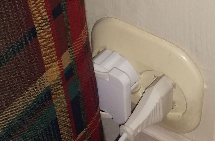 NÆRMERE OG TRYGGERE: Det flate støpselet gjør at sofaen kommer nærmere veggen, og beskytter ledningen. Har man mer moderne, innfelte kontakter blir det enda bedre. (Foto: BRYNJULF BLIX)