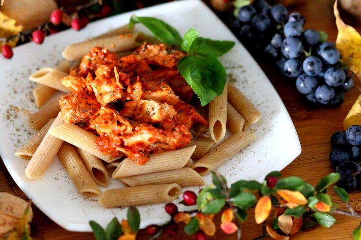 Lubicie szybkie i zdrowe dania? Jeśli tak, to na dzisiejszy obiad polecam Makaron z pieczonym kurczakiem w pomidorowym pesto! https://cosdobrego.pl/przepis-na-makaron-z-pieczonym-kurczakiem-w-pomidorowym-pesto/