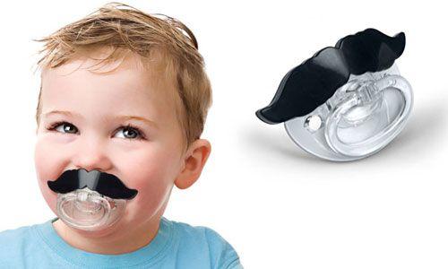 FRED Smoczek z Wąsem - śmieszny prezent dla dzieci. Może nie każdy chłopiec czy dziewczynka będą najszczęśliwszymi ale prawdą jest, że rodzice będą mieli wielki ubaw :)   http://www.godstoys.pl/prezenty-dla-dzieci