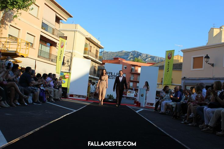 Ja teniu al web les fotografies de la #PassarellaOeste 2018! 😍  ➕fallaoeste.com/fotografies