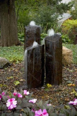 """Fazer uma fonte de pedra para o jardim não é difícil, mas se torna trabalhoso perfurá-las no centro para que seja introduzida a mangueira por onde a água vai escorrer. Muitas vezes se utiliza """"pedras feitas de cimento"""" para facilitar a montagem da fonte, já que, as pedras """"artificiais"""" de cimento podem ser moldadas já com este furo."""
