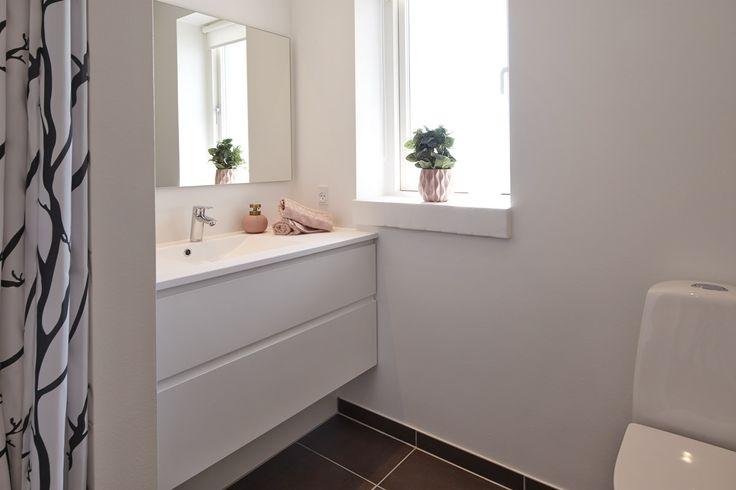 Lille badeværelse med moderne inventar.