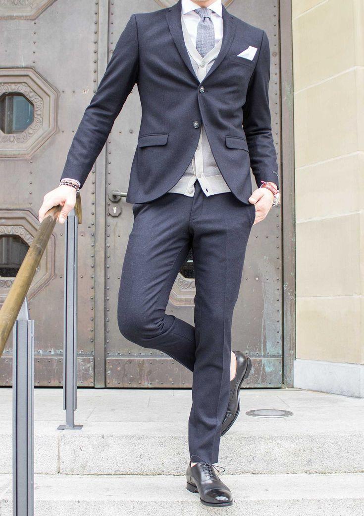 Die ersten Anzug Modelle sind eingetroffen und verraten uns so einiges über die neuen Herbst Trends. Was gibt es neues an Schnitten und Materialien? Mit welchem Schuh liegen Sie absolut richtig? Und wie setzt man die richtigen Fashion Statements? Nicht zu vergessen sind Accessoires und natürlich das Geheimnis des richtigen Layerings. Aber schauen Sie einfach selbst... #soerenfashion #getlemen #suit #tigerofsweden #accesoire #mensfashion