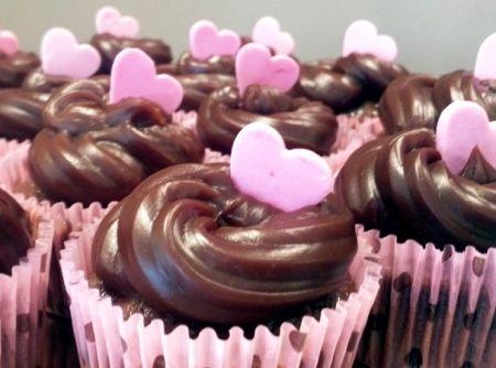 Cupcakes de chocolate com brigadeiro - Veja como fazer em: http://cybercook.com.br/receita-de-cupcakes-de-chocolate-com-brigadeiro-r-12-16950.html?pinterest-rec