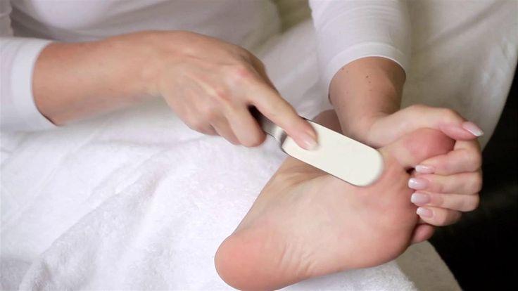 Neriskujte popraskané paty a chodila. Včas a správně se zbavte staré ztvrdlé kůže.