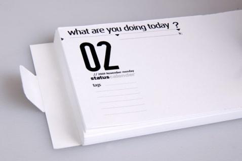 """Kalendarz """"What are you doing today? - status calendar"""" nawiązuje do mody aktualizowania swojego statusu na portalach społecznościowych. Projekt: Burak Kaynak."""