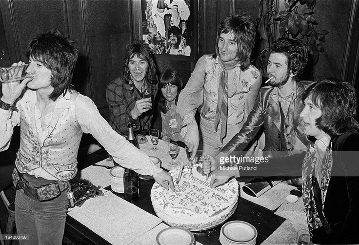English rock group Faces cutting a cake at a reception at the Tramp nightclub in London for the release of their album 'Ooh La La', 5th April 1973. Left to right: guitarist Ronnie Wood, keyboard player Ian McLagan, singer Rod Stewart, bassist Ronnie Lane (1946 - 1997) and drummer Kenney Jones.