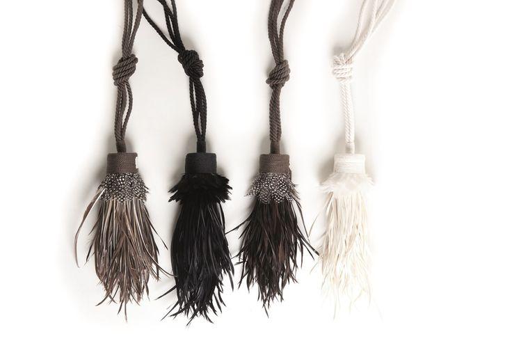 Tempation by Ontario Fabrics: Abrazaderas de plumas y lino. Abraçadores de plomes i lli. #home #deco #trend #ontario #feathers