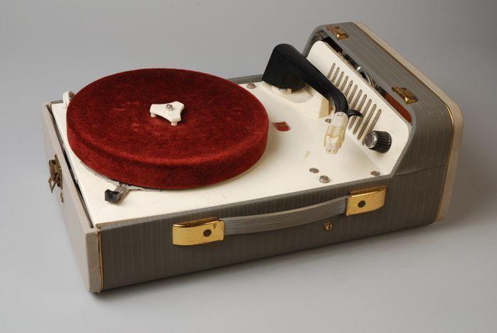 Grijze Philips koffergrammofoon met deksel (1958). CC-BY Museum Rotterdam