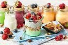 Svačina do skla - jogurt s marmeládou, müsli a ovocem