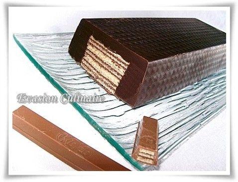 Tout le monde connait les barres de chocolat fourrées avec des gaufrettes: les kit-kat ® ! Pour les anniversaires d'enfant comme pour les adultes, on peut préparer un méga kit-kat maison ou pour un goûter gourmand tout simplement. Il est très facile à réaliser, sans cuisson, vous n'aurez besoin que de chocolat, de gaufrettes et d'un moule à cake.