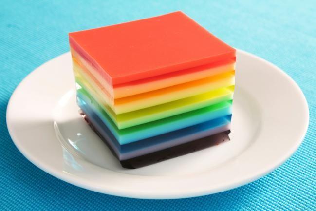 La gelatina es una buena opción para las fiestas, especialmente de los niños, porque son muy sabrosas y pueden llegar a ser muy coloridas también. ¿Quisieras aprender a hacer gelatina de colores para sorprender a tus peques? ¡ElGranChef te trae la receta para que la disfrutes!Esta receta de gelatina de colores te