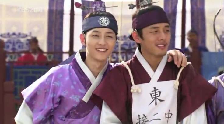 Song Joong Ki and Yoo Ah In were awarded 'Best Couple' at KBS Drama Award for their 'bromance' acts in Sungkyunkwan Scandal :p. Awww <3