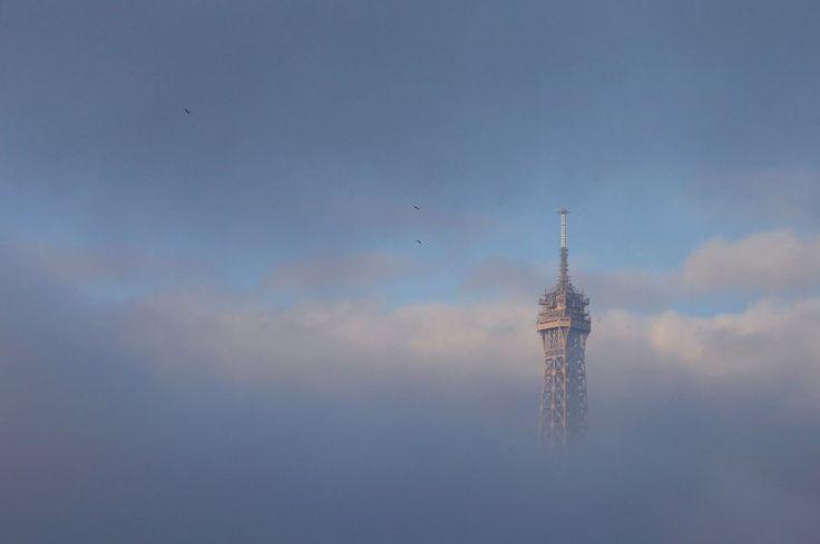 Der Eiffelturm in den Morgenstunden: Es ist ein bewegender Tag in der...