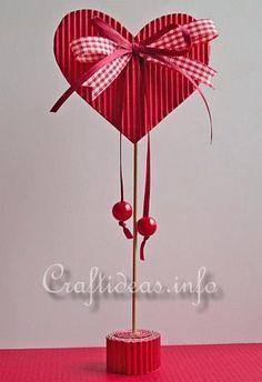 Globo de cartulina como centro de mesa para decoración de amor y amistad…