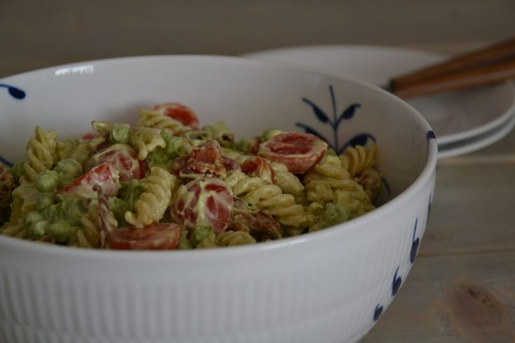 Pasta salad with avocado, bacon, peas and tomatoes - Recipe in Danish