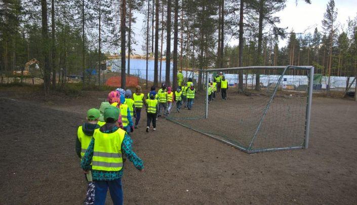 Tulevat ekokoululaiset kävivät tutustumassa kouluunsa