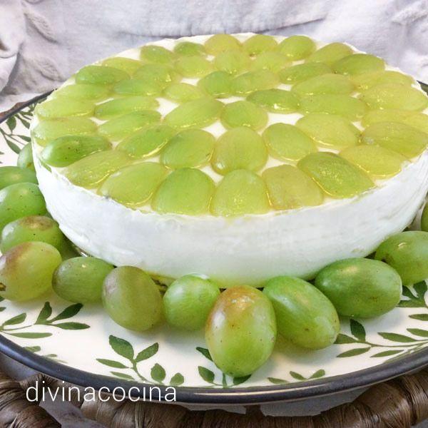 Esta tarta de queso con uvas se prepara sin horno, con gelatina, y se recubre con una capa de gelatina dulce quele da brillo y sabor. La sensación del sabor a queso es muy intensa porque se le añaden quesitos en porciones.