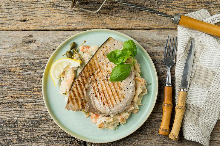 Gegrilde zwaardvis met aardappel-tomaat-kappertjes en basilicumstoemp