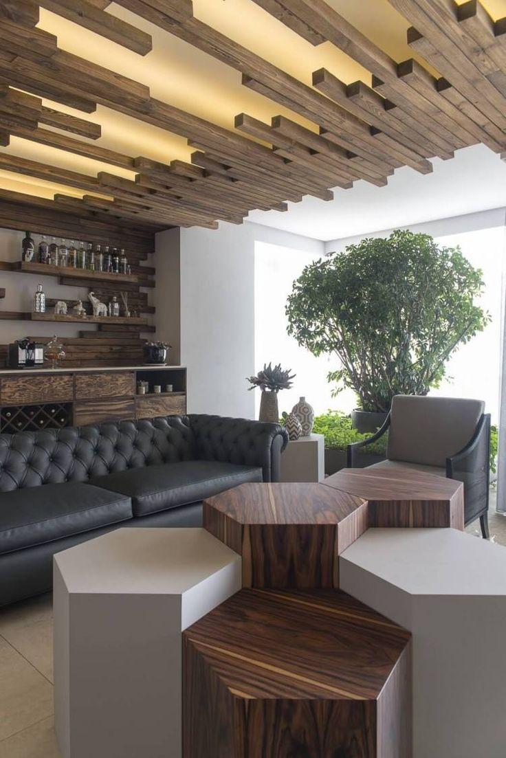 plafond bois design moderne à panneaux lumineux LED et canapé Chesterfield
