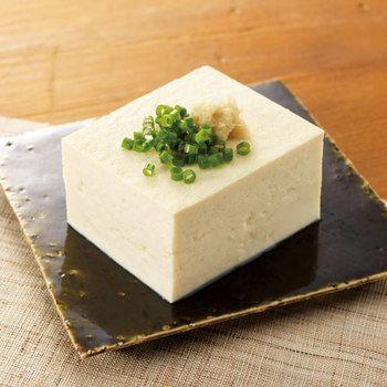 材料は「大豆(国産)300g」「水 2800ml」「にがり 15~20ml」。水を吸った大豆をすり潰し、水を加えて煮込みます。これが「豆乳」です。豆乳に「にがり」を加えて凝固させ、型に入れて固めると…木綿豆腐の完成です♪詳しい作り方は、こちらのレシピをご確認下さい♪